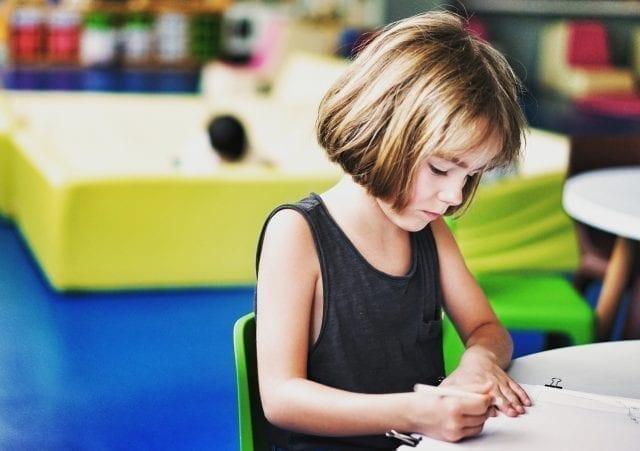 garotinha que possui autismo